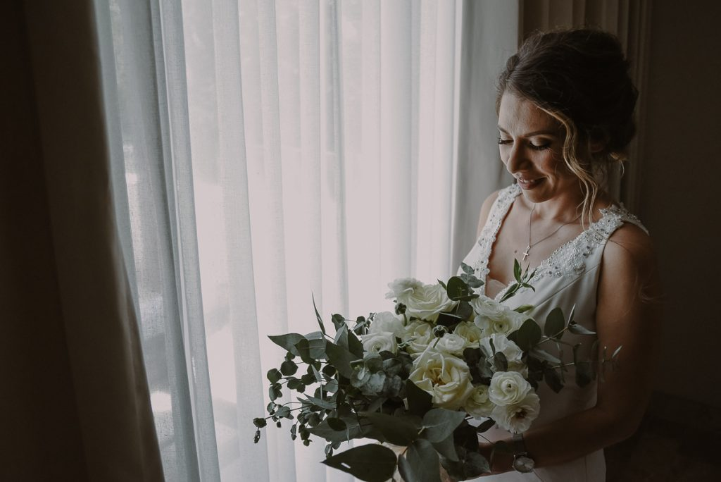 Bride portrait with bouquet and natural light at Heritage Fairmont Mayakoba, Mexico. Caro Navarro Photography