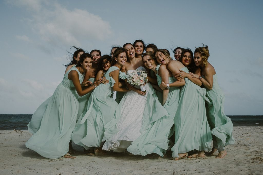 Beach bride and mint bridesmaids at Jardin del Mar Wedding, Riviera Maya, Mexico. Caro Navarro Photography