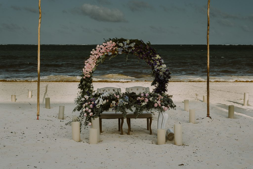 Romantic sweethearts table with round floral arch at Jardin del Mar, Riviera Maya, Mexico. Caro Navarro Wedding Photography