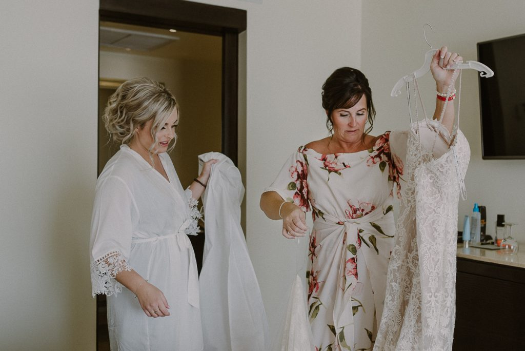 Destination bride and mother getting ready for a Moon Palace Wedding by Caro Navarro Photography