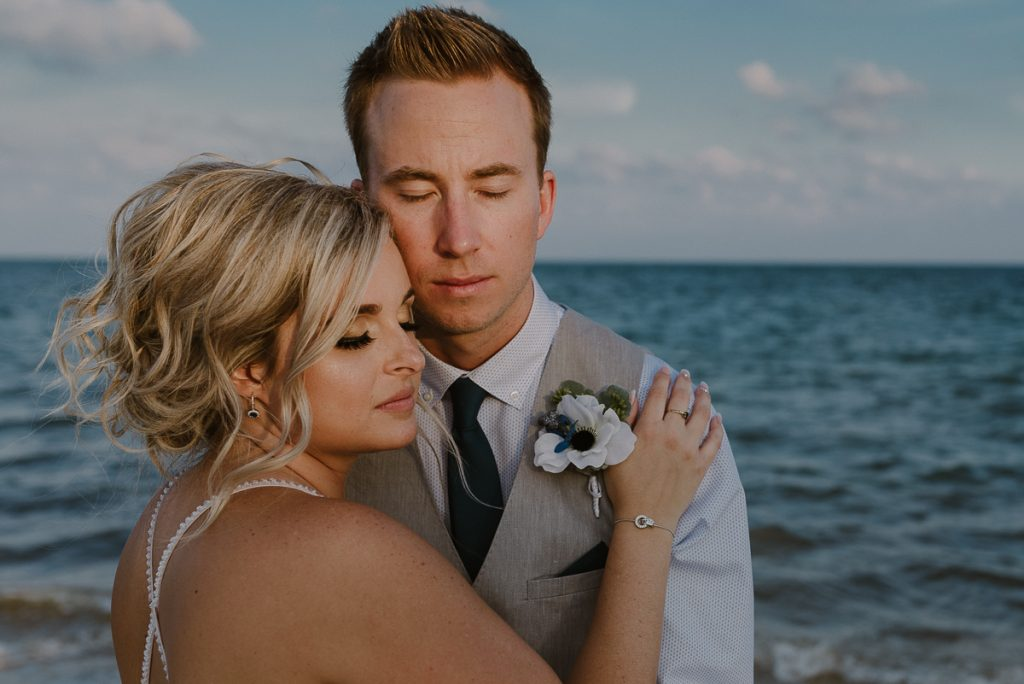 Bride and groom beach portraits at Moon Palace Nizuc, Cancun. Caro Navarro Photography
