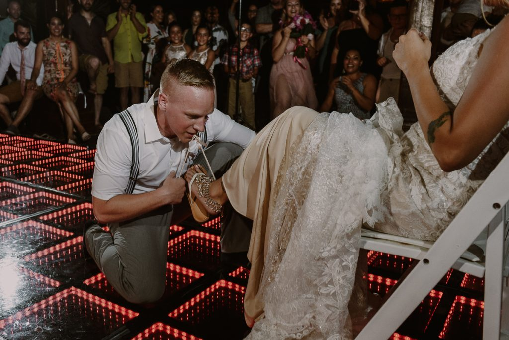 Garter moment at Now Sapphire Wedding Reception. Caro Navarro Photography