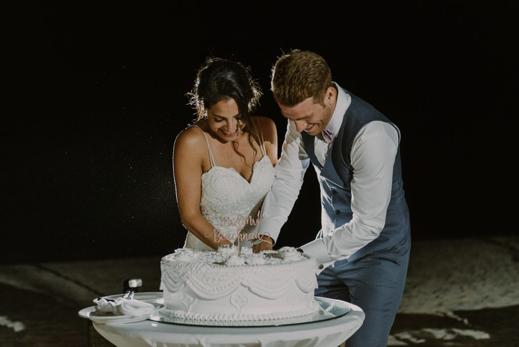 Wedding cake cutting at Royalton Riviera Cancun, Mexico. Caro Navarro Photography