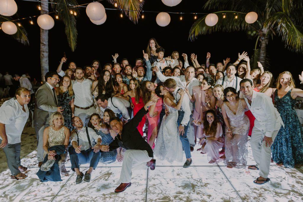 Wedding group photo at Royalton Riviera Cancun wedding reception. Caro Navarro Photography