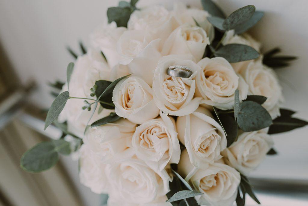 White roses wedding bouquet for Royalton Riviera Cancun Wedding. Caro Navarro Photography