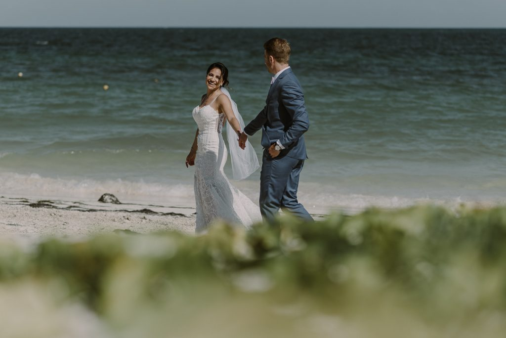 Bride and groom beach portraits at Royalton Riviera Cancun, Mexico. Caro Navarro Photography
